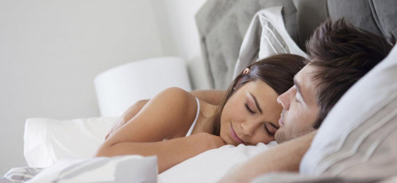 Un letto per due. Dormire insieme, un obbligo o una scelta?
